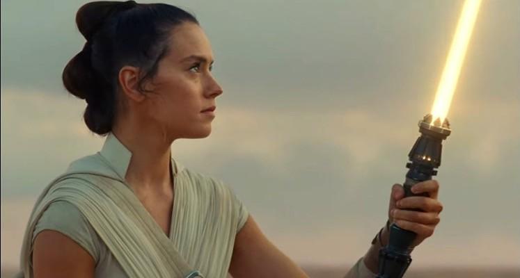 """Żółty miecz Rey Skywalker na nowej grafice ze """"Skywalker. Odrodzenie"""""""