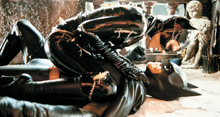 """Bruce Wayne grany przez Michaela Keatona w """"Kryzysie na Nieskończonych Ziemiach"""""""