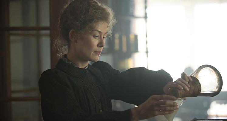 """Rosamund Pike jako Maria Skłodowska-Curie w pierwszym zwiastunie """"Radioactive"""""""