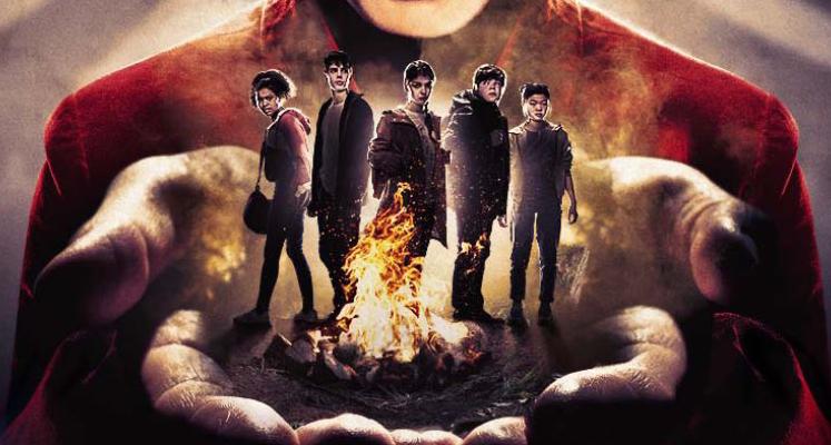 """Bohaterowie nowej wersji serialu """"Czy boisz się ciemności?"""" na plakacie i zwiastunie"""