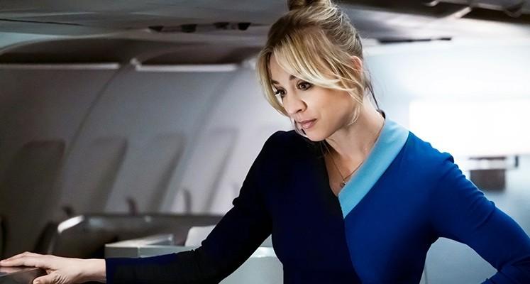 "Kaley Cuoco na plakacie serialu ""The Flight Attendant"". Kiedy premiera?"