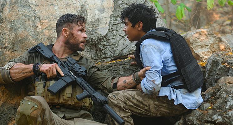 """Chris Hemsworth na plakacie filmu """"Tyler Ryke: Ocalenie"""" od braci Russo"""