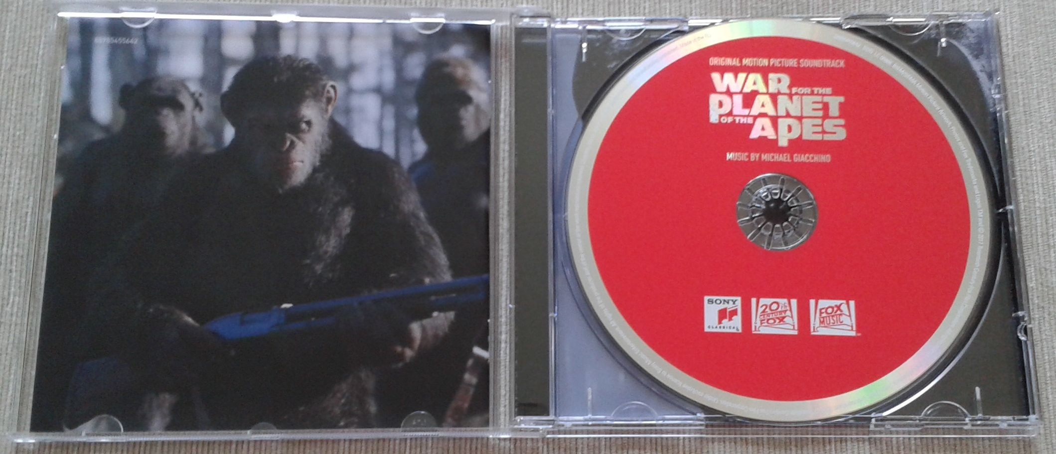 3. War for the Planet of the Apes środek z płytą.jpg