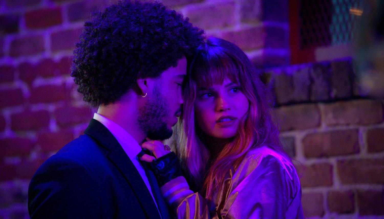 Nocne kły Jorge Lengeborg Jr. jako Benny i Deborah Ryan Papp jako Blaire.