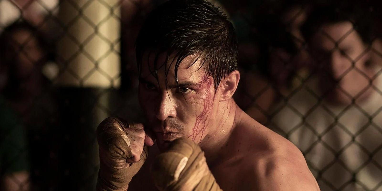 "Lewis Tan jako Cole Young w filmie ""Mortal Kombat"""