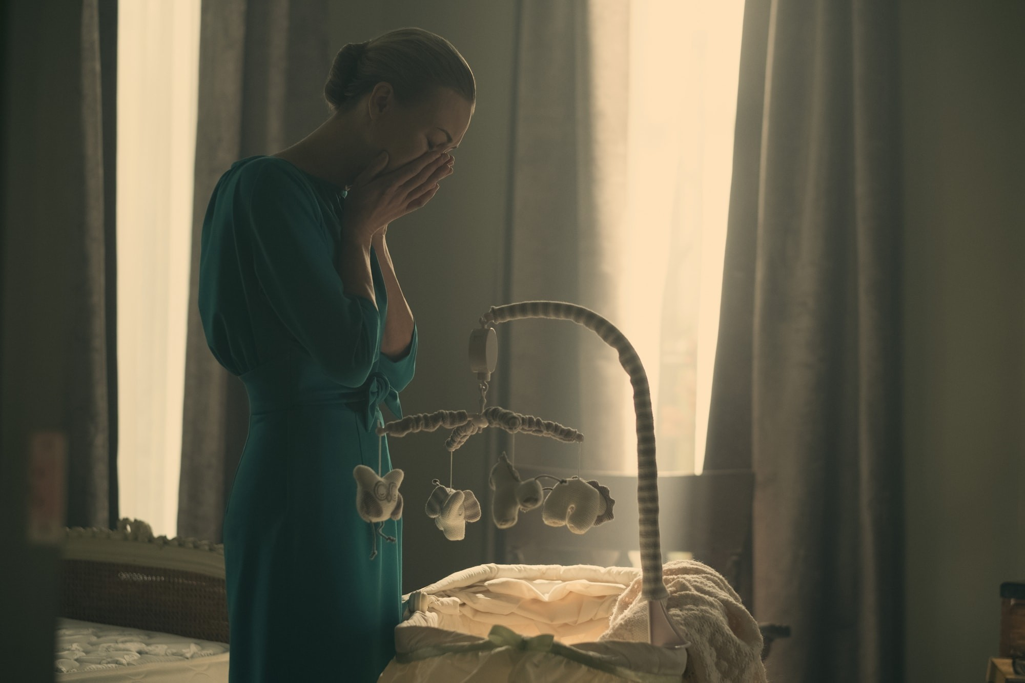 Pani Waterford - Yvonne Strahovski (17)-min.jpg