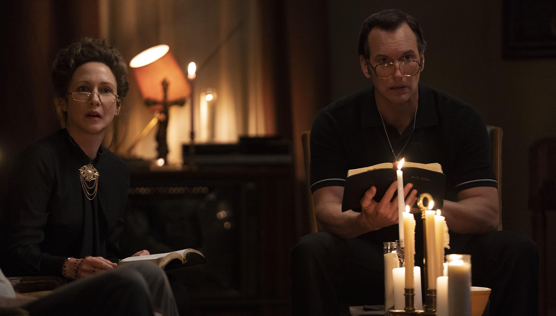 """VERA FARMIGA jako Lorraine Warren i PATRICK WILSON jako Ed Warren w filmie """"Obecność 3: Na rozkaz diabła"""""""